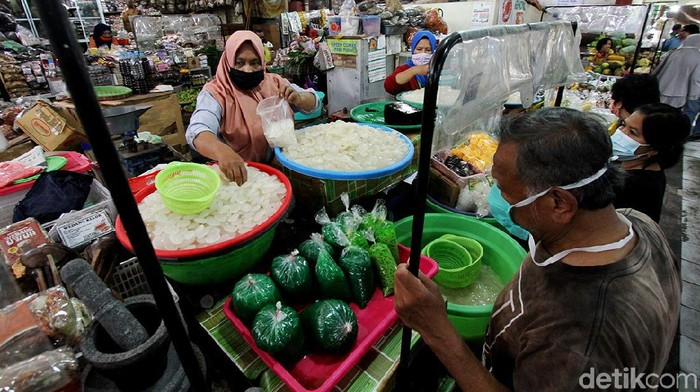 Penjualan kolang-kaling meningkat di bulan Ramadhan. Meningkatnya penjualan kolang-kaling turut dirasakan para pedagang kolang-kaling di Pasar Gede Solo.