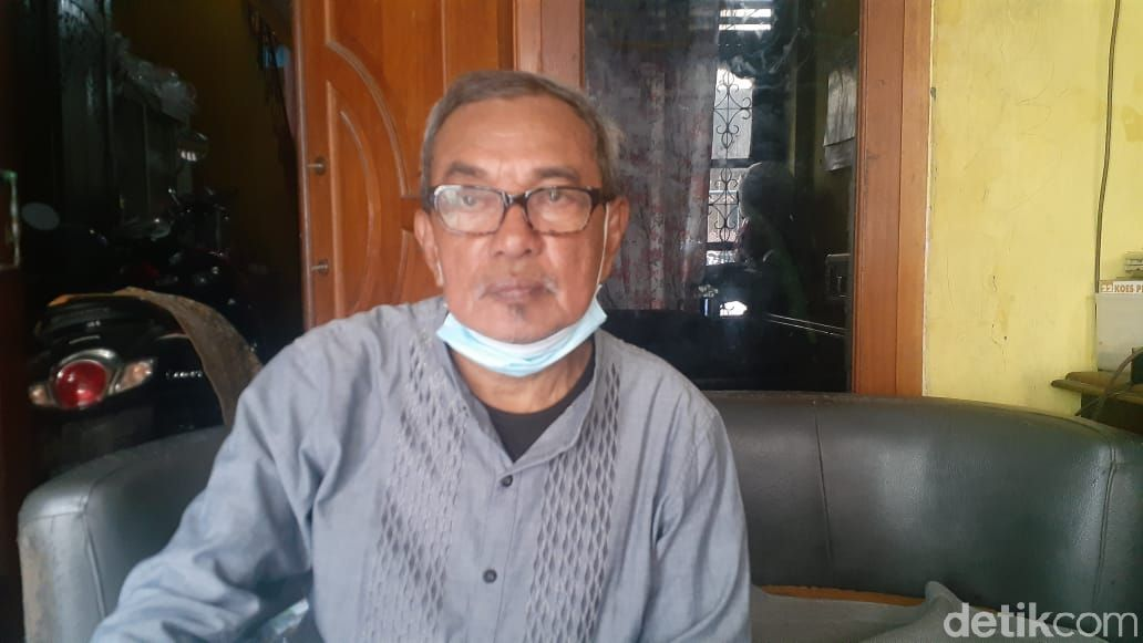Ketua RW 06 Kampung Rawa, Husnan Hendriyadi bicara soal Jembatan Kota Paris di Johar Baru yang sering jadi akses tawuran. (Afzal Nur Iman/detikcom)