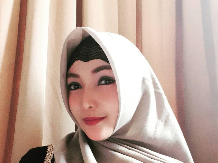 Kisah Roro Fitria yang hijrah dan mantap memakai hijab.