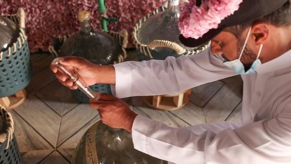 Kemudian mawar-mawar tersebut akan direbus dan disuling airnya.(AFP)