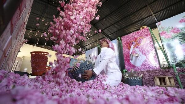Air dan minyak mawar menjadi komponen penting dalam industri kosmetik dan kuliner di Arab Saudi.(AFP)