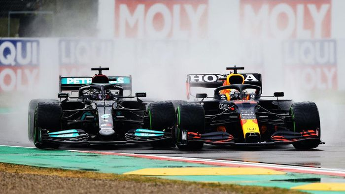 IMOLA, ITALY - APRIL 18: Lewis Hamilton of Great Britain driving the (44) Mercedes AMG Petronas F1 Team Mercedes W12 and Max Verstappen of the Netherlands driving the (33) Red Bull Racing RB16B Honda compete for position on track during the F1 Grand Prix of Emilia Romagna at Autodromo Enzo e Dino Ferrari on April 18, 2021 in Imola, Italy. (Photo by Bryn Lennon/Getty Images)