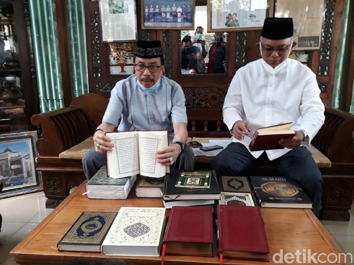 Mahyudin Al Mudra saat menunjukkan Al-Quran yang dia kumpulkan dari berbagai negara, di Yogytakarta, Senin (19/4/2021).