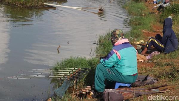 Di kawasan Masjid Apung Al-Jabbar, traveler bisa memancing ikan yang ada di bagian kolam resensinya. Tempat ini selalu ramai dari siang hingga sore hari.