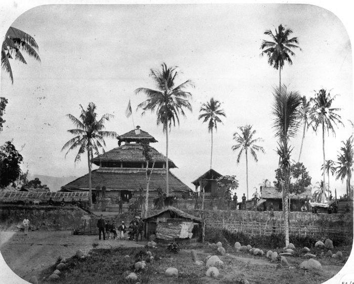 Masjid Tuha Indrapuri merupakan salah satu rumah ibadah bersejarah di Aceh. Masjid itu merupakan bekas istana dan candi kerajaan Hindu Lamuri abad ke-12 Masehi.