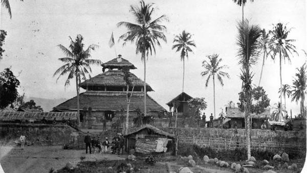 Di masa silam, area masjid ini pun diketahui menjadi basis pertahanan melawan penjajah. Masjid Tuha Indrapuri pun kini jadi salah satu bangunan bersejarah yang ditetapkan sebagai situs cagar budaya oleh Balai Pelestarian Cagar Budaya Aceh. Dok. Tropenmuseum, part of the National Museum of World Cultures.
