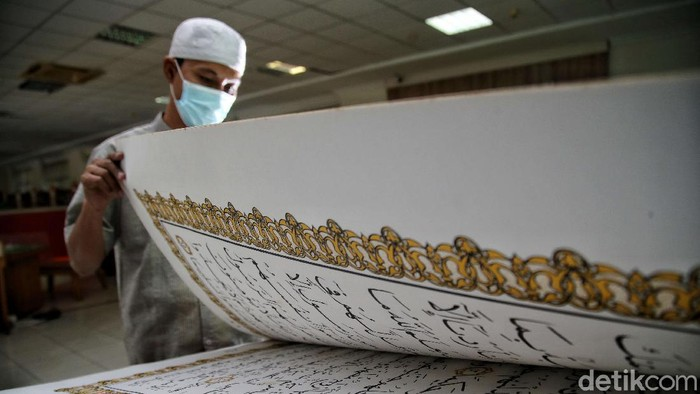 Jakarta Islamic Center memiliki koleksi Al-Quran dengan bentuk yang tidak biasa. Al-Quran raksasa itu berukuran 100 cm x 50 cm.