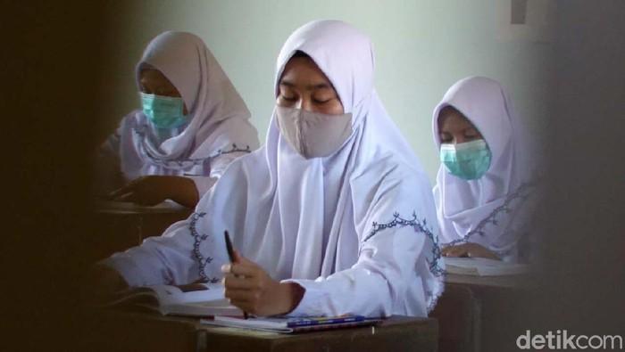 SMKN 1 Depok, Sleman, Yogyakarta, melakukan uji coba sekolah tatap muka. Ada 10 SMK-SMA di Yogyakarta yang mulai melakukan uji coba sekolah tatap muka.