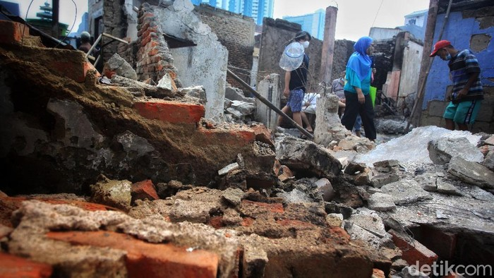 Warga mengais barang sisa kebakaran Jl Keadilan Dalam, Tamansari, Jakarta Barat, Senin (19/4/2021). Barang-barang itu akan dimanfaatkan kembali atau dijual.
