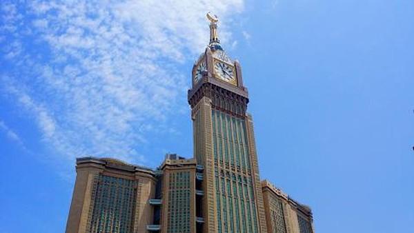 Ketinggiannya juga hampir dua kali lipat dari Menara Eiffel di Paris. Royal Clock Tower menjadi gedung tertinggi ketiga di dunia. (Getty Images/Amir Mukhtar)