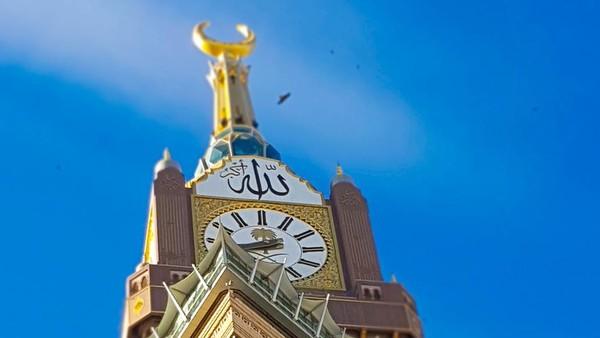 Royal Clock Tower atau menara jam Makkah ini memiliki fitur yang sama dengan Big Ben di London. Ukurannya bahkan 35 lebih besar dari Big Ben. (iStock)