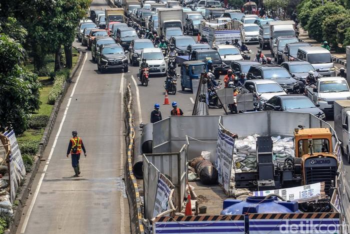 Kemacetan parah terjadi di kawasan Glodok, Jakarta Barat, Senin (19/4/2021). Macet disebabkan jalan menyempit akibat adanya proyek relokasi pipa air minum.