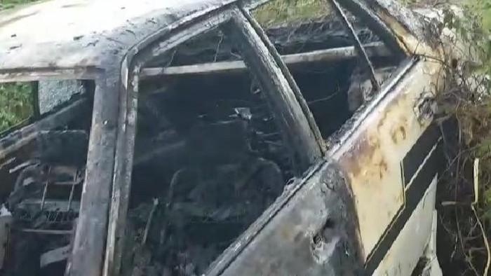 Mobil tua yang terbakar dan ditemukan mayat di dalamnya (dok. Istimewa).