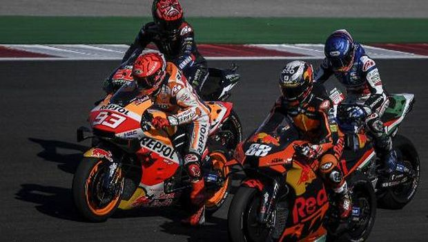(From L-R) Monster Energy Yamaha MotoGP's French rider Fabio Quartararo, Repsol Honda Team's Spanish rider Marc Marquez, Red Bull KTM Factory Racing's Portuguese rider Miguel Oliveira and LCR Honda Castrol's Spanish rider Alex Marquez wait after the warm-up session ahead of the MotoGP race of the Portuguese Grand Prix at the Algarve International Circuit in Portimao on April 18, 2021. (Photo by PATRICIA DE MELO MOREIRA / AFP)