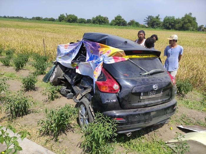 Nissan Juke Warna Hitam tertabrak KA di Prambon