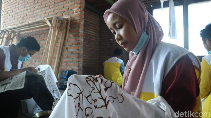 Pekerja sedang membuat batik tulis di Kudus, Senin (19/4/2021).