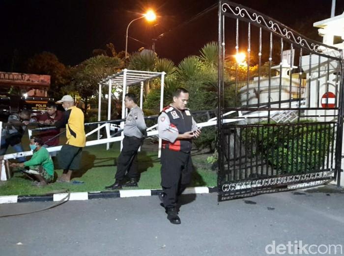 Portal gerbang Polres Brebes yang diterobos pemobil