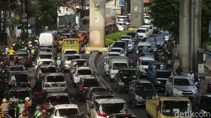 Antrean panjang kendaraan terlihat di Jalan Kapten Tendean, Jakarta. Kemacetan diketahui terjadi imbas menyempitnya jalan akibat proyek galian.