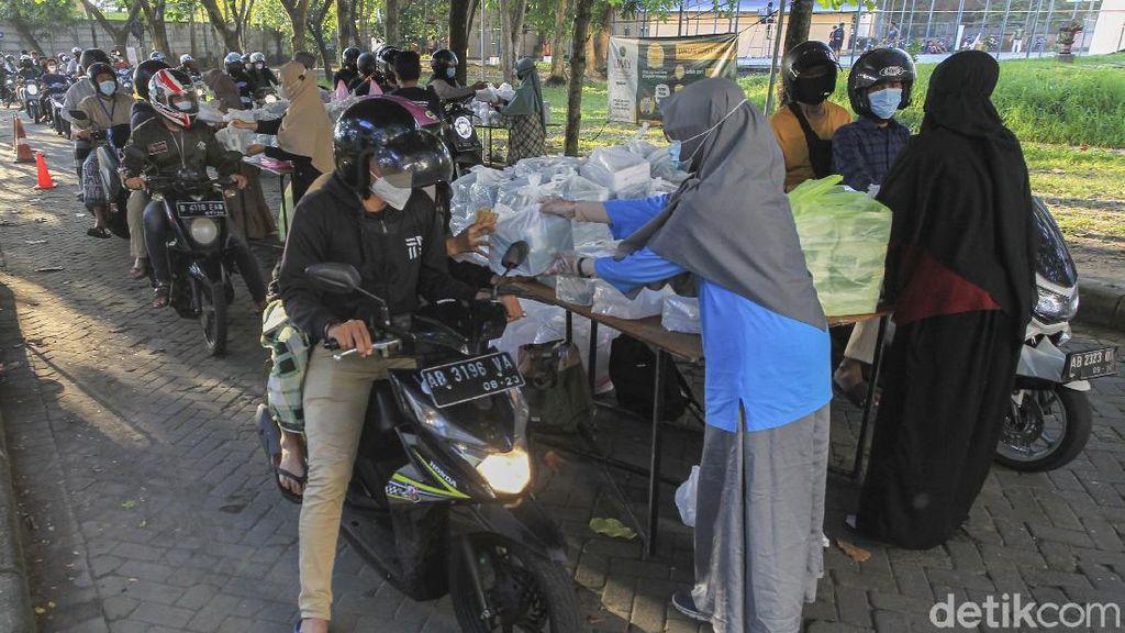 1500 Takjil Dibagikan Secara Drive Thru untuk Mahasiswa Yogya
