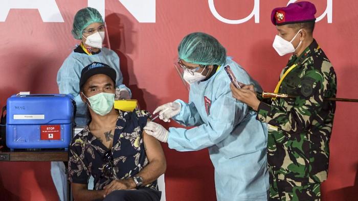 Ratusan seniman dan budayawan di Jabodetabek disuntik vaksin Corona. Sejumlah personel grup band Slank tampak hadir di antara ratusan seniman-budayawan tersebut