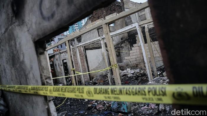 Warga korban kebakaran Tamansari, Jakarta, sambangi tempat tinggal mereka yang hangus terbakar. Mereka mencari barang berharga yang masih dapat diselamatkan
