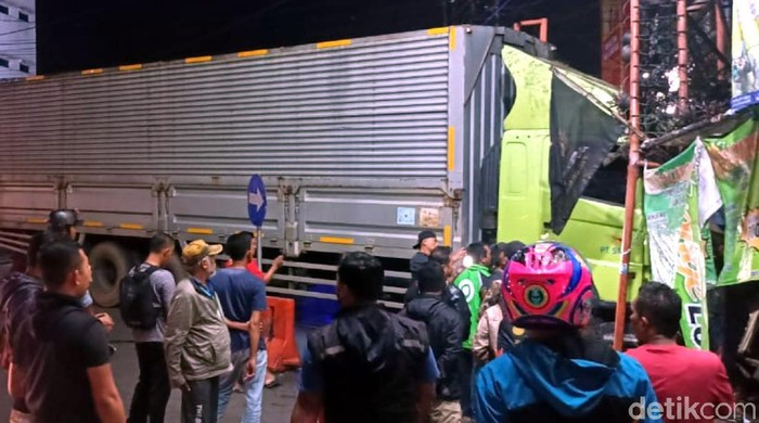 Sebuah truk kontainer seruduk warung di Sukabumi