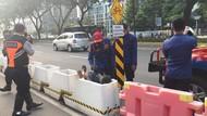 Evakuasi Lansia yang Terjepit di Rongga Beton Pembatas Jalur Sepeda