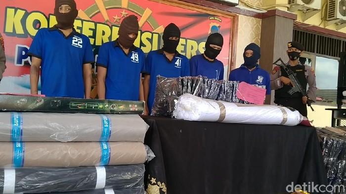 Sopir travel dan komplotannya pencurian gulungan kain dan kodian baju gamis saat rilis kasus di Mapolres Pekalongan, Senin (19/4/2021)