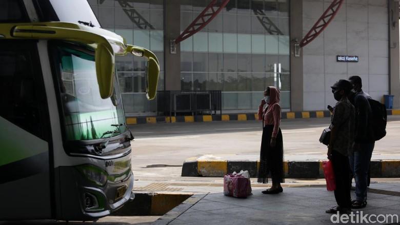 Warga mulai mudik lebih awal untuk menghindari larangan mudik oleh pemerintah, Seperti terpantau di Terminal Pulo Gebang, Jakarta Timur, Senin (19/4/2021).