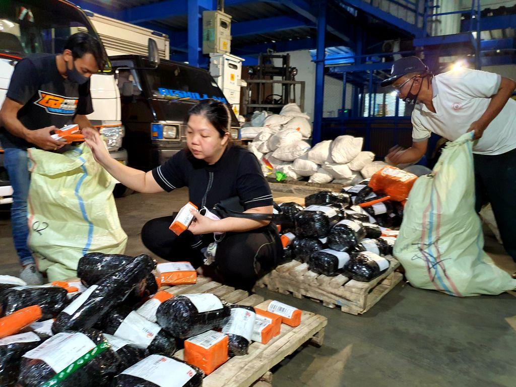Suasana Toko Bahan Kue Susandewiksu saat mengemas barang. (dok: Shopee)
