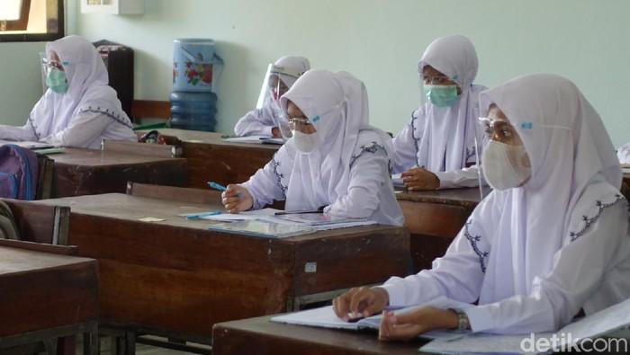 Suasana uji coba sekolah tatap muka di SMKN 1 Depok, Sleman, Senin (19/4/2021).