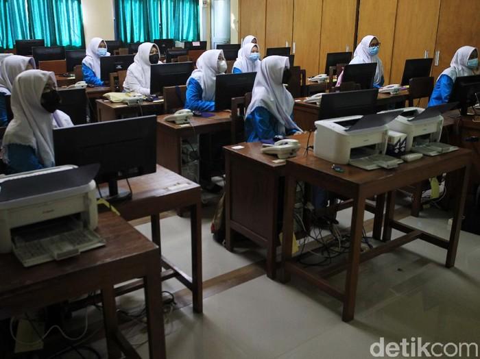 Sebanyak 10 sekolah setingkat SMA dan SMK di Provinsi D. I. Yogyakarta mulai melaksanakan uji coba sekolah tatap muka. Salah satunya di SMK Negeri 1 Kota Yogyakarta.