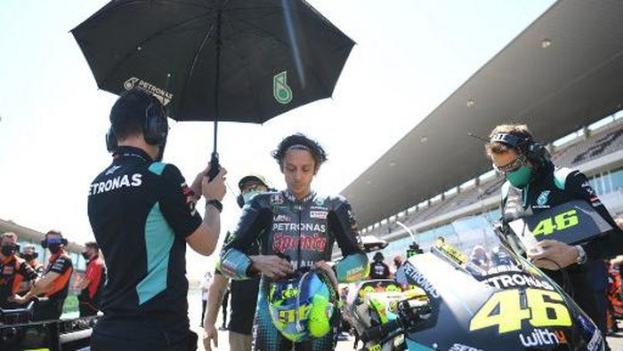 Petronas Yamaha SRTs Italian rider Valentino Rossi waits for the start of the MotoGP race of the Portuguese Grand Prix at the Algarve International Circuit in Portimao on April 18, 2021. (Photo by PATRICIA DE MELO MOREIRA / AFP)