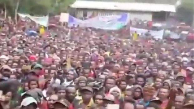Video Bupati Yahukimo Abock Busup membagikan Dana Desa secara tunai ke masyarakat di tengah lapangan terbuka viral di medsos (Screenshot video viral)