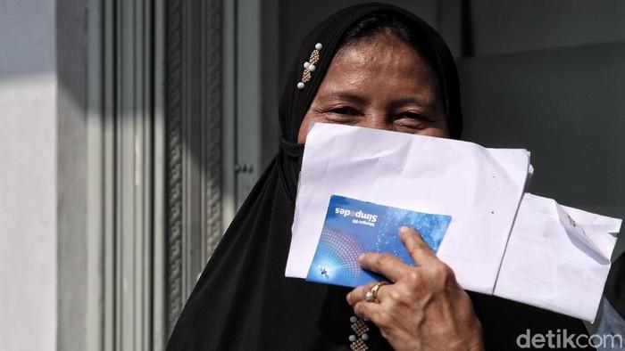 Sejumlah warga mendatangi Bank BRI Unit Rorotan, Jakarta. Mereka mengantre untuk mendapatkan Banpers Produktif untuk Usaha Mikro (BPUM) sebesar Rp 1,2 juta.