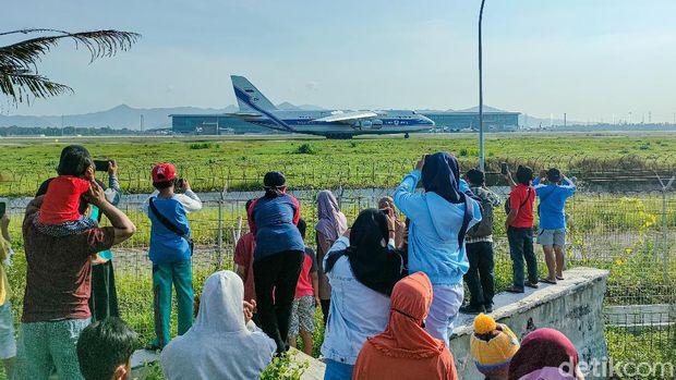 Warga Nonton Pesawat di Bandara YIA