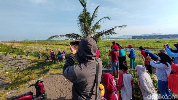 Mereka mengaku sengaja datang ke lokasi tersebut hanya untuk menyaksikan momen pendaratan dan lepas landas pesawat. Pengunjung kebanyakan berasal dari Kulon Progo. Namun ada juga yang dari luar daerah, seperti dari Bantul dan daerah lainnya.