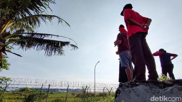 PT. Angkasa Pura I selaku pengelola bandara YIA menyadari bahwa minat masyarakat untuk menyaksikan momen pendaratan dan lepas landas pesawat di YIA cukup tinggi. Karena itu mereka berencana membangun spot khusus untuk mengakomodir aktivitas tersebut.