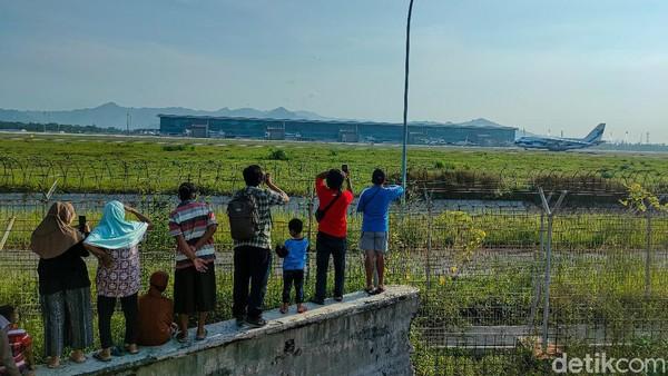 Menyaksikan momen pendaratan dan lepas landas pesawat di Bandara Internasional Yogyakarta (YIA) kini jadi salah satu wisata murah meriah bagi masyarakat Kulon Progo. Aktivitas ini dilakukan untuk mengisi waktu luang selama menjalani puasa di bulan Ramadhan.
