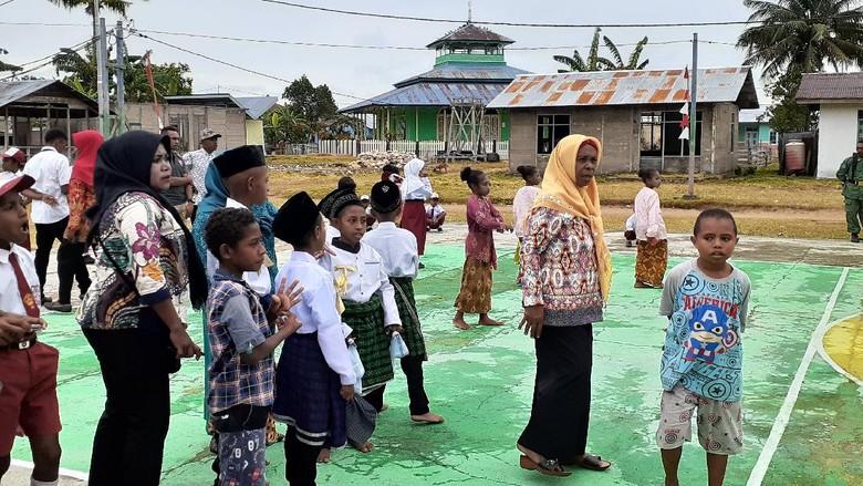 Warga muslim Papua di Kampung Goras, Fakfak