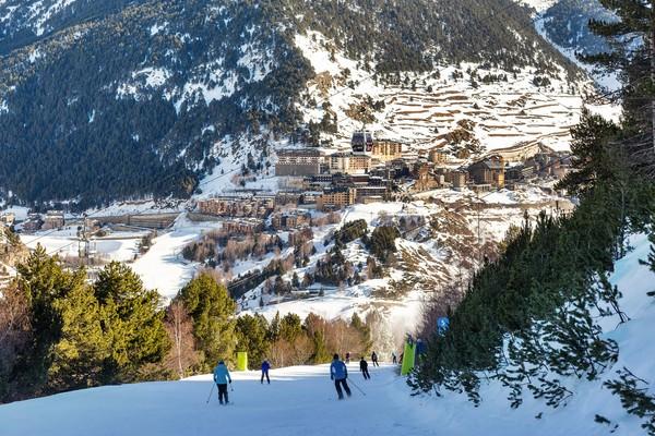 Warga Andorra gemar bermain ski, karena negara ini sering turun salju. (Getty Images/iStockphoto)