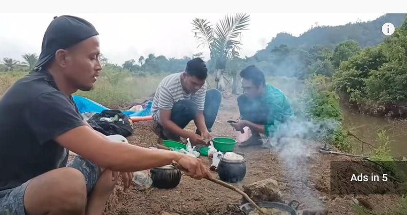 Bukan di Restoran, Orang-orang Ini Buka Puasa di Tengah Hutan
