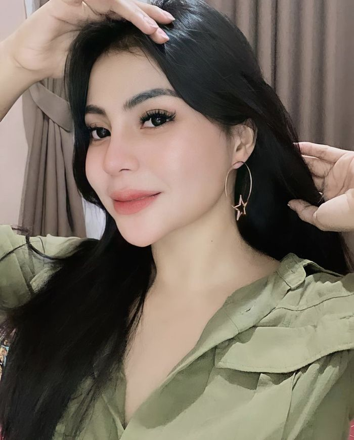 Cantiknya Tisya Erni, Model Hot yang Suka Ngopi dan Ngemil Apel