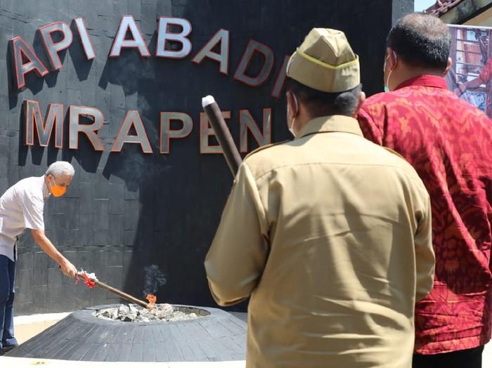 Gubernur Jateng Ganjar Pranowo menyulut Api Abadi Mrapen