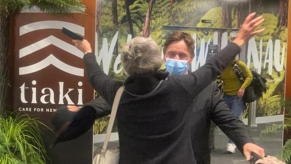 Kedua negara berhasil mencegah penularan virus Corona, termasuk persyaratan karantina yang ketat bagi pendatang yang kembali dari negara dengan kasus tinggi. (Nick Perry/AP)
