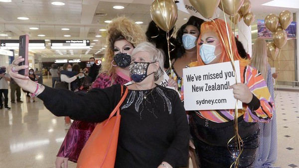 Travel bubble yang telah diwacanakan sejak tahun lalu antara New Zealand dan Australia akhirnya terlaksana. Kegembiraan nampak di wajah wisatawan. (Nick Perry/AP)