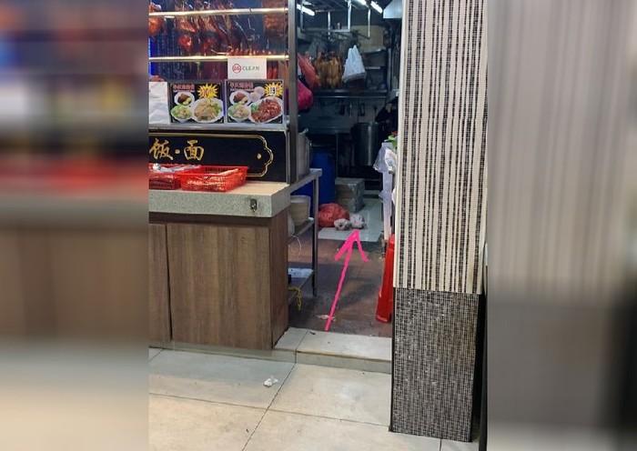 Hii! Restoran Jorok Ini Kedapatan Taruh Ayam Mentah di Lantai