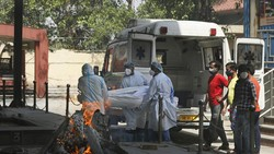 Pasokan Oksigen Makin Tipis, Polisi Kawal Mobil Tangki Oksigen di India
