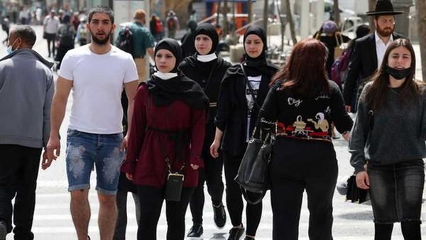 Meski begitu, Kementerian Kesehatan Israel masih mengamanatkan pemakaian masker di dalam ruangan. (Menahem Kahana/AFP)