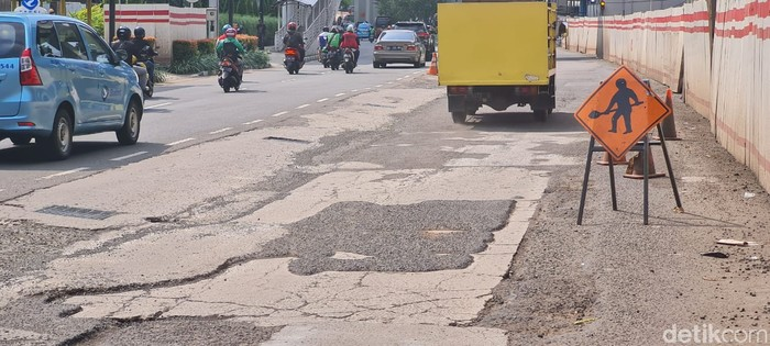 Jl HR Rasuna Said dekat Halte TransJ Setiabudi Utara, Jaksel, rusak. 20 April 2021. (Farih Maulana Sidik/detikcom)
